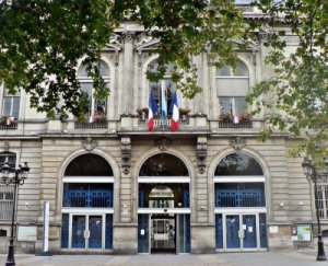 C'est par ici! Here's the entrance.